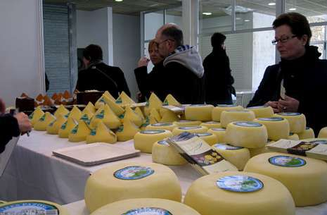 Los productores que se dan cita en Arzúa están satisfechos con el  desarrollo de la feria b29351e80cd68