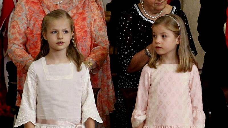 b96dbe7e3 Las infantas Leonor y Sofía visten moda gallega