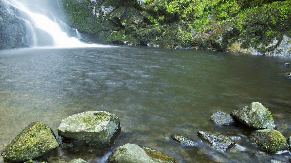 Piscinas con cascadas de piedra natural cascada oxigena for Cascadas con piedras