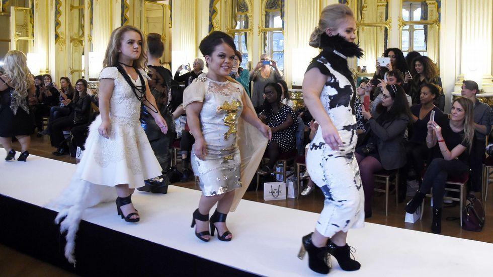un desfile para personas enanas promueve otra belleza en parís