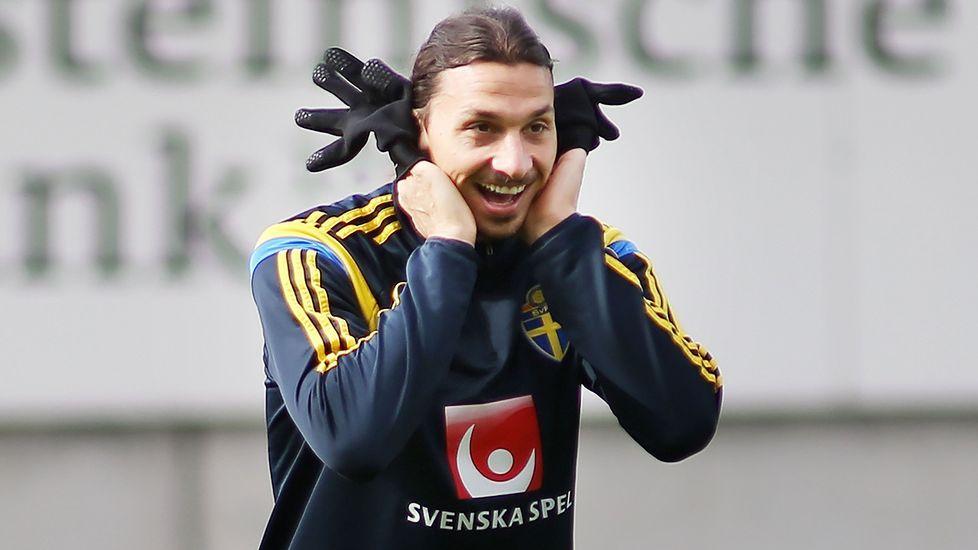 29cb6cef16 El futbolista sueco Zlatan Ibrahimovic bromea con un compañero durante un  entrenamiento.