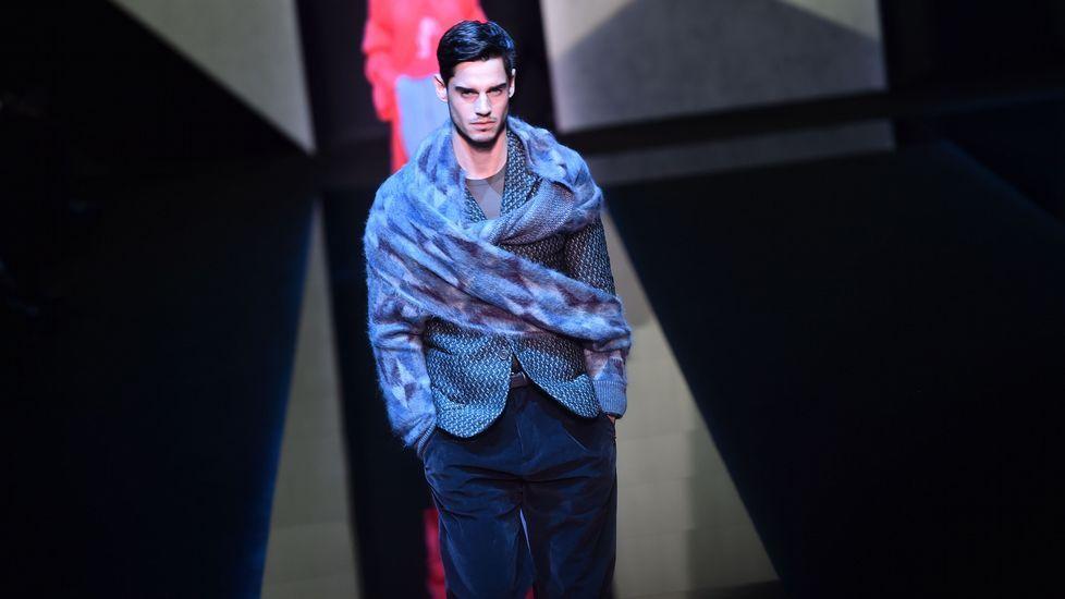 f27f6ea3d4d81 Las bufandas con mangas de Armani ponen el broche de oro a la Moda de Milán