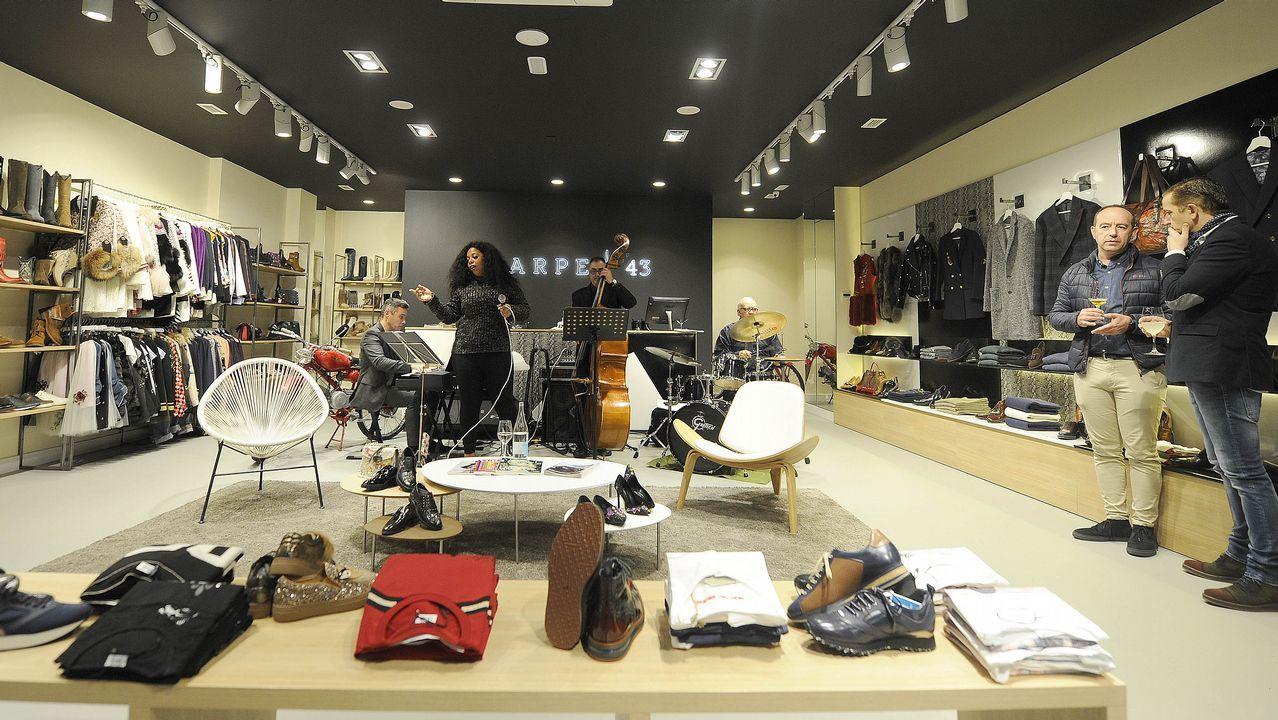 380927edd Inauguración de la tienda Scarpe 43 en la avenida Bos Aires de Lalín.