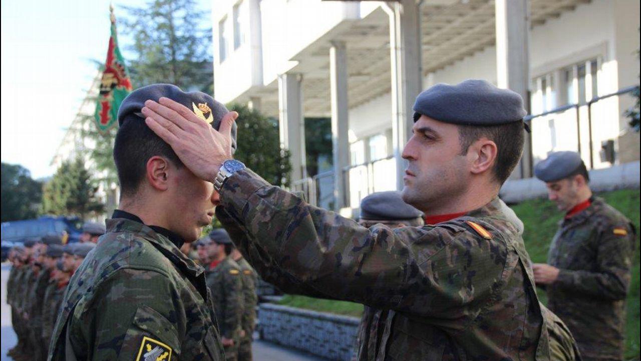 Los nuevos reclutas de la Brilat reciben la ansiada boina gris de la brigada a75dc317828