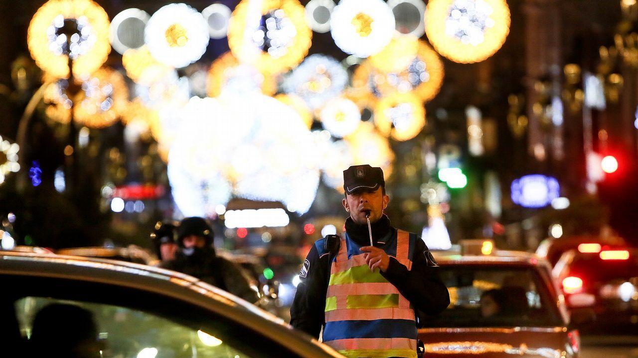 2ee372980ea La aglomeración de gente por las luces obliga a movilizar a todo policía  disponible