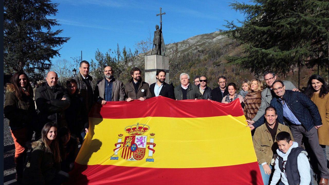 Los líderes de Vox, ante la estatua de Don Pelayo