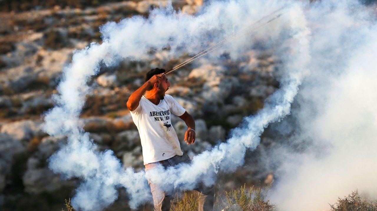 .Un joven palestino, durante un ataque con gas lacrimógeno de soldados israelíes