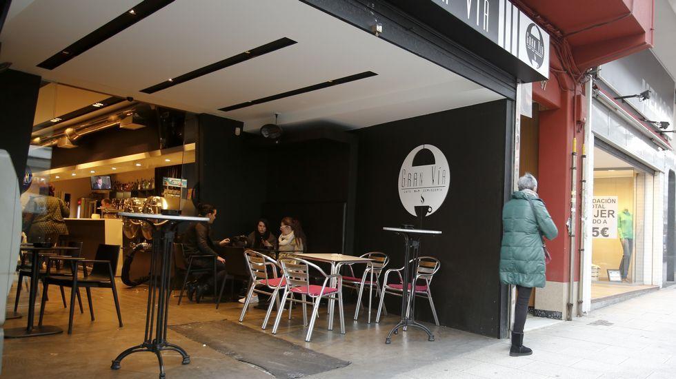 Carretera de Castilla. En Ferrol hay dos ejemplos de un nuevo modelo de instalacións, consistente en retranquear la parede de cierre de la cafetería dejando espacio para una terraza interior pero abierta a la calle. foto César Toimil