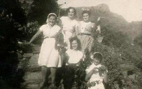 Foto de autor desconocido de unas amigas en la vendimia en Doade