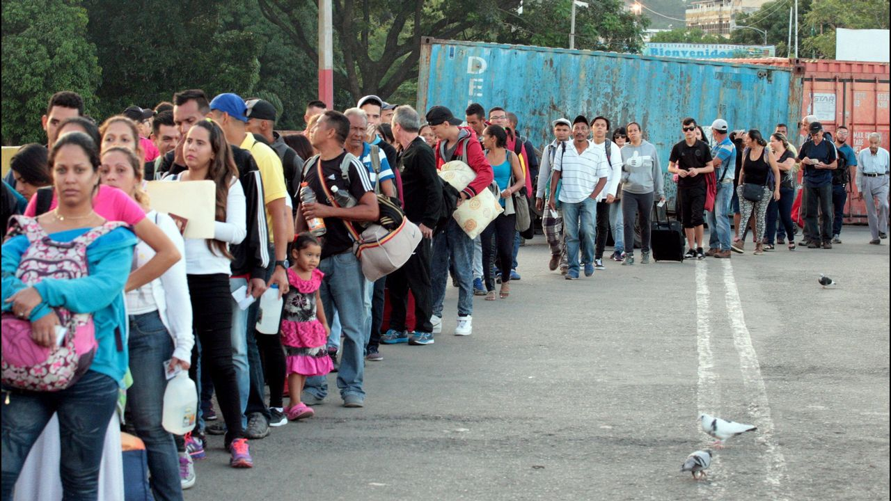 Gallegos en Venezuela.Los venezolanos hicieron cola para pasar a Colombia tras el anuncio de Maduro