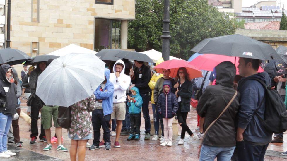 Turistas en Asturias con lluvia.La socialista María Luisa Carcedo