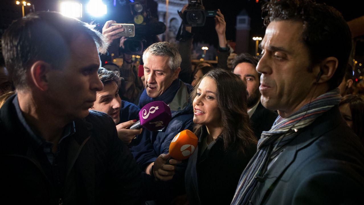 Un empleado de Correos, a su llegada al colegio electoral Lenaspa en la ciudad de Terrassa