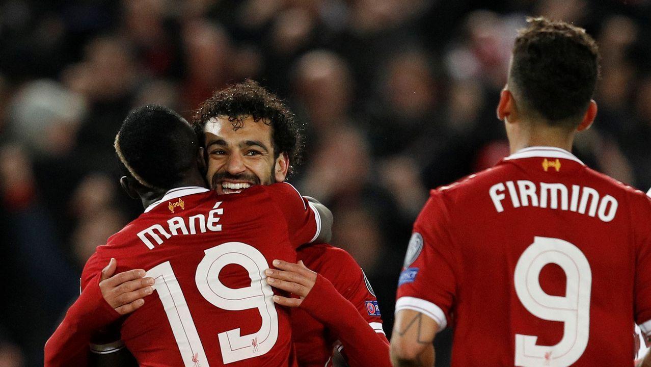 Las mejores imágenes del Liverpool - Roma.Seedorf y Tino Fernández charlan antes del inicio del partido