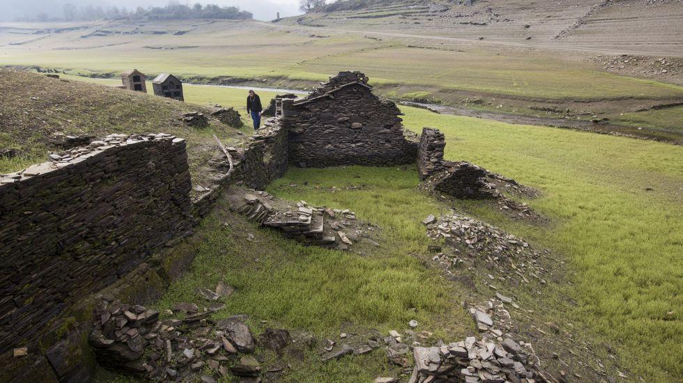 .Bajo nivel del agua en el embalse de Belesar debido a la sequía.