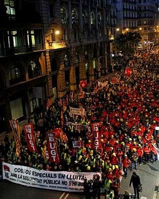 «Podemos mirar a la cara a los parados».La protesta contra los recortes marchó ayer por Barcelona.
