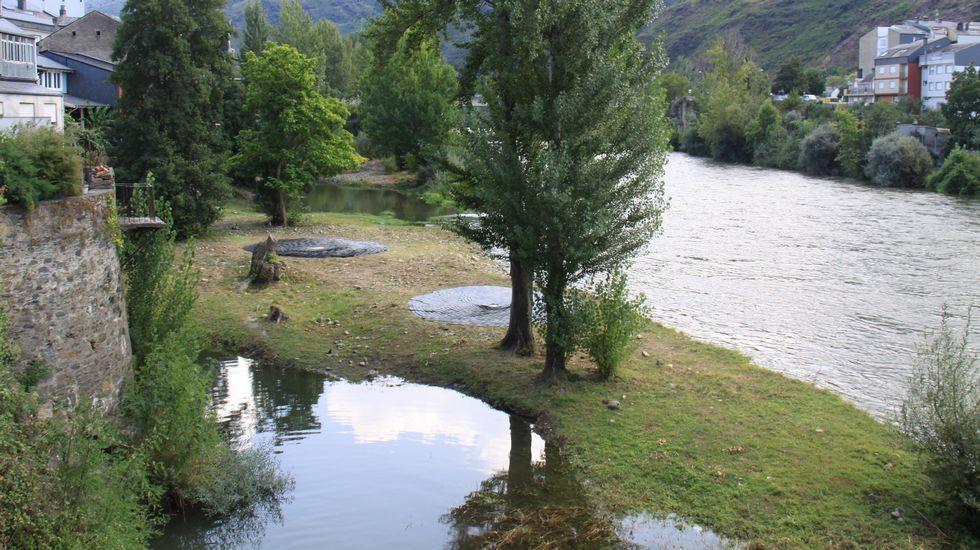 Festival enBarcArte. Desde la pasarela de Viloira se pueden ver los «Círculos de pedra» de Jorge Barredo, junto al río Sil