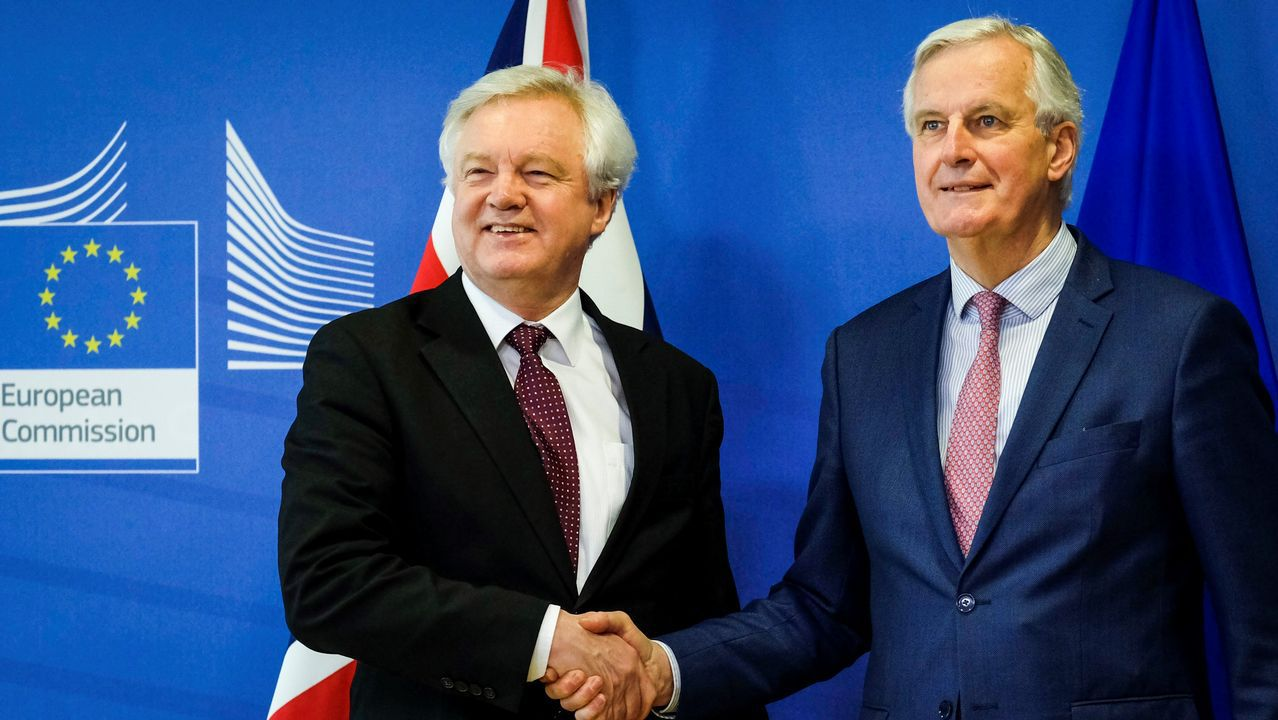 .El negociador jefe de la UE, Michel Barnier, junto al ministros para la salida de la UE del Reino Unido, David Davis