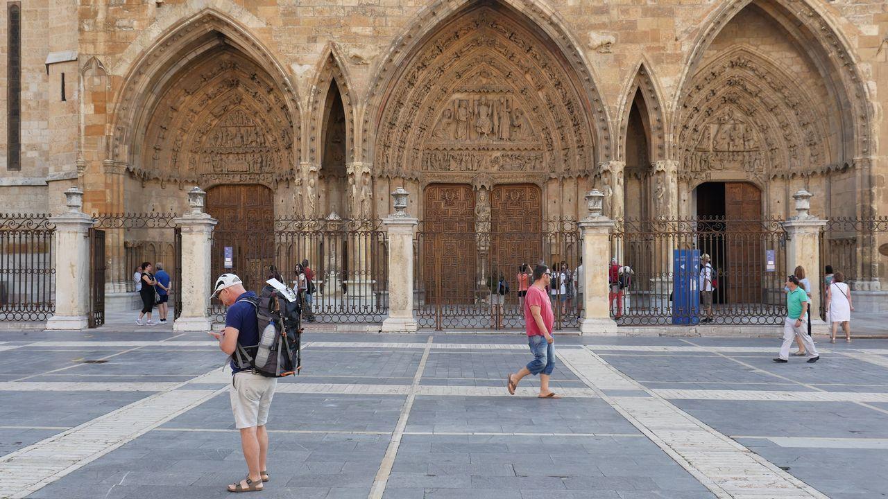 .Un peregrino, delante de la catedral de León