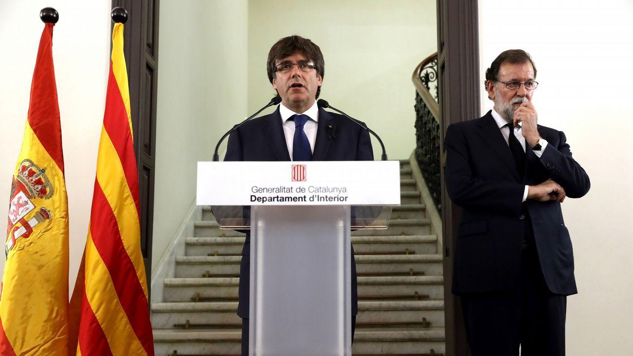 .El presidente de la Generalitat de Cataluña, Carles Puigdemont, y el presidente del Gobierno, Mariano Rajoy, durante la declaración institucional tras la reunión del gabinete de crisis