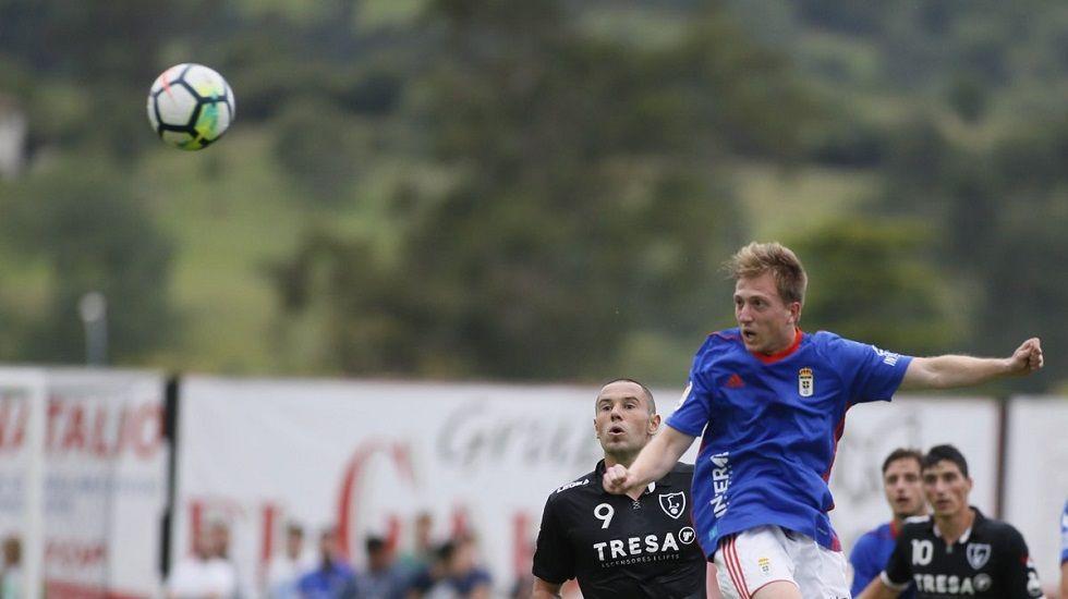 Edu Cortina disputa un balón ante Cervero en el Lealtad-Oviedo