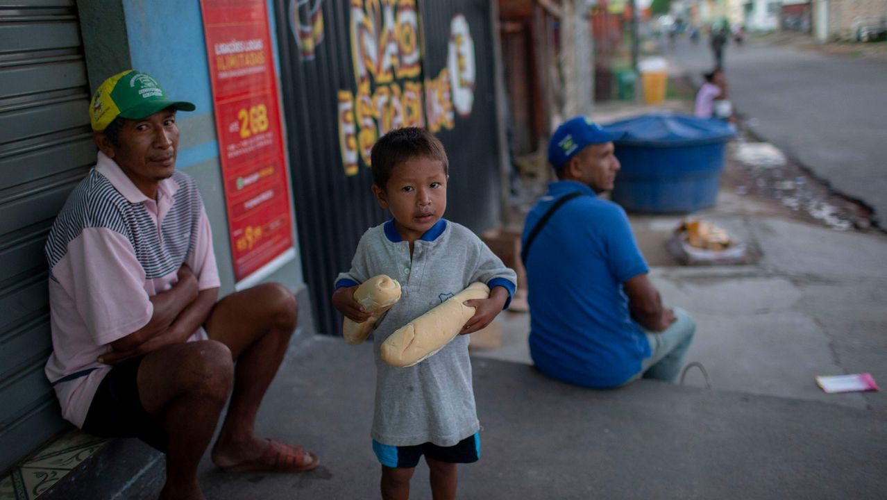 .Venezolanos en una calle de Pacaraima, Roraima, Brasil