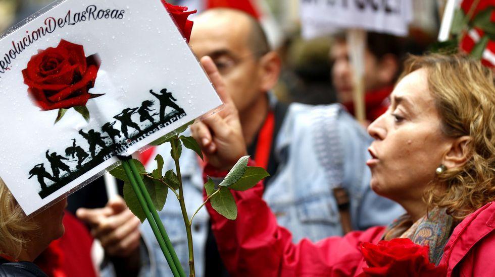 Centenares de personas piden en Ferraz un «no» a Rajoy