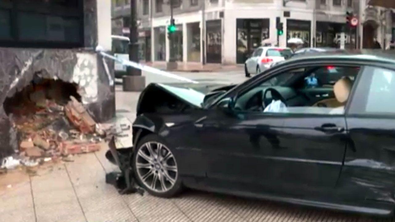Estado en el que quedó el coche en el que perdió la vida un conductor en Pravia.Una imagen del accidente que ha afectado a las oficinas del Sespa en Oviedo