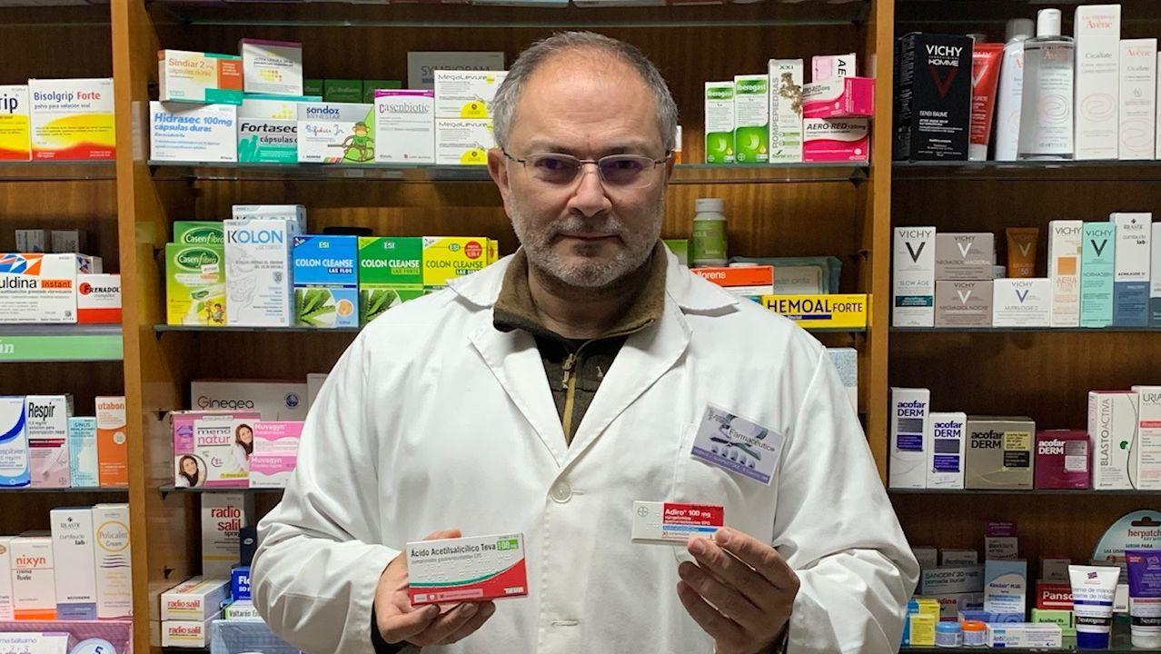 Vicente Álvarez, en su farmacia de O Bolo