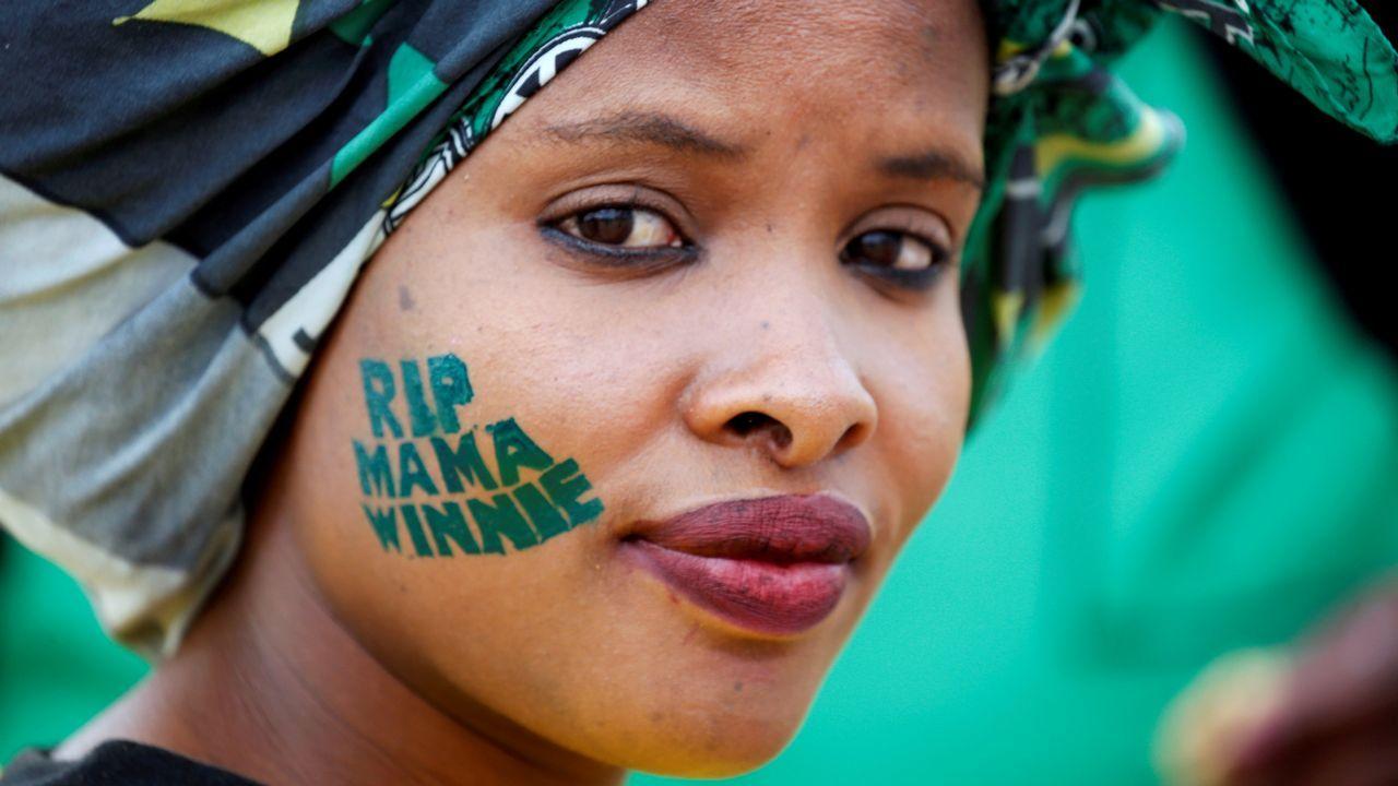 Una joven del ANC, durante un homenaje a Winnie Mandela
