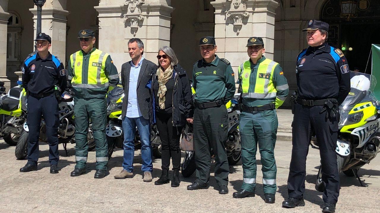 Recepción a motoristas.Imagen de un control de la Guardia Civil de Tráfico cerca de A Coruña