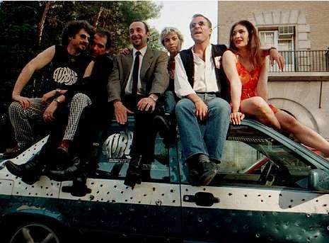 Bob Hoskins, una vida de cine.El director Juanma Bajo Ulloa, a la izquierda, presenta en 1997 «Airbag» con algunos de los actores de la película: Karra Elejalde, Manuel Manquiña, Noemí Climent, Fernando Guillén y Gabriela Roy.