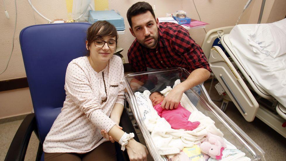 Cristina Rodríguez Saa y Miguel Casanova Vila con su hija Adela, la última bebé nacida en el 2018 en el hospital de Monforte