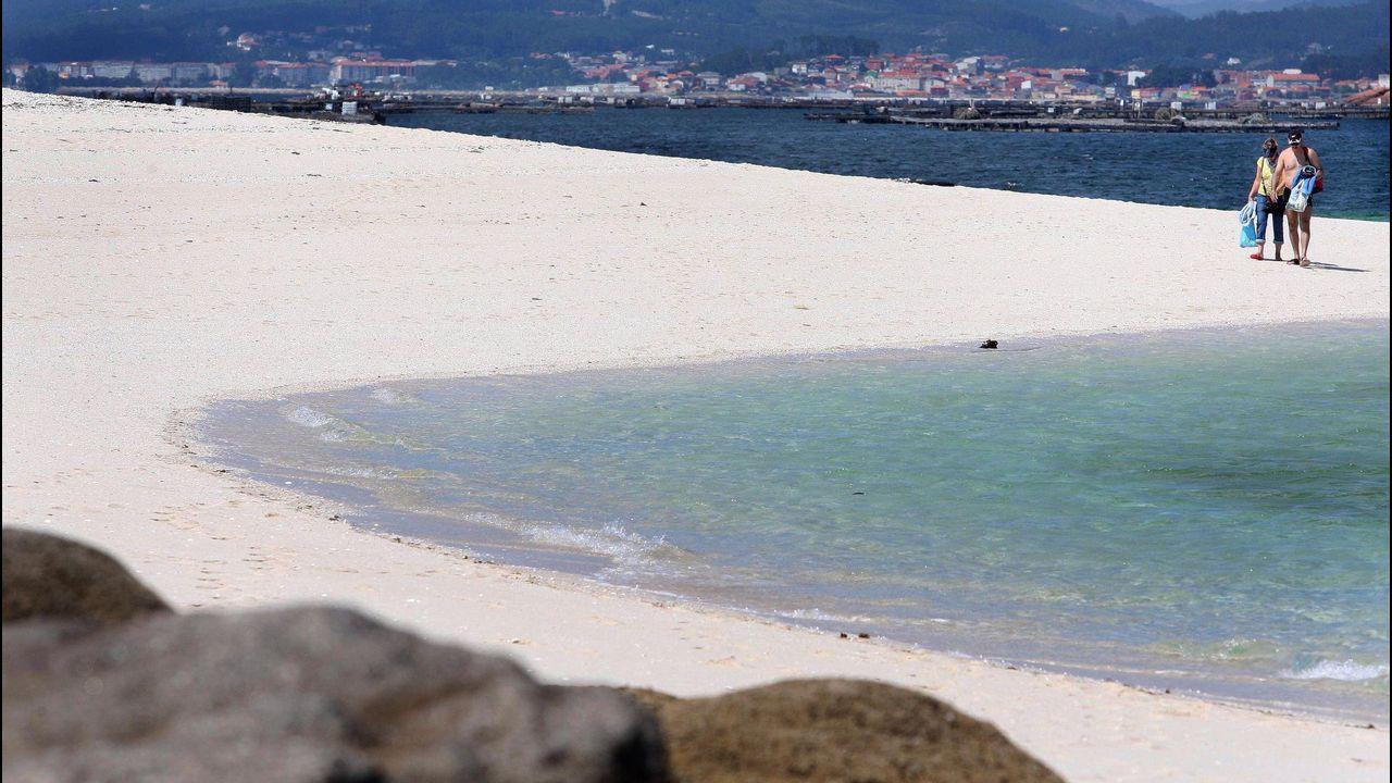 Areoso, una isla en peligro de extinción.Roberto Recarey, de Collecting Oil, con una botella como la que han repartido por los domicilios