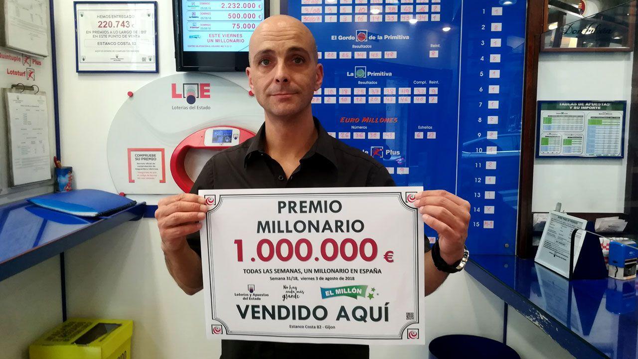 .Miguel González Tuero, con el anuncio de 'El Millón' vendido en su despacho