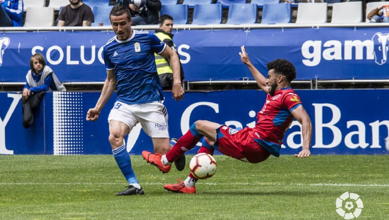 Christian Fernandez Derik Real Oviedo Numancia Carlos Tartiere.Christian Fernández pugna por un balón con Derik