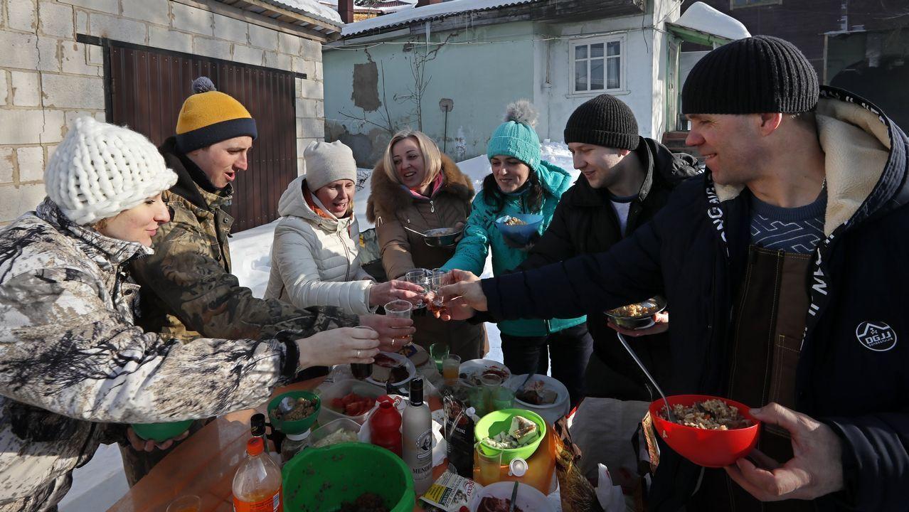 Las mejores imágenes de la jornada electoral en Rusia.Los partidarios de Putin empezaron a celebrar el resultado antes de que abrieran los colegios electorales