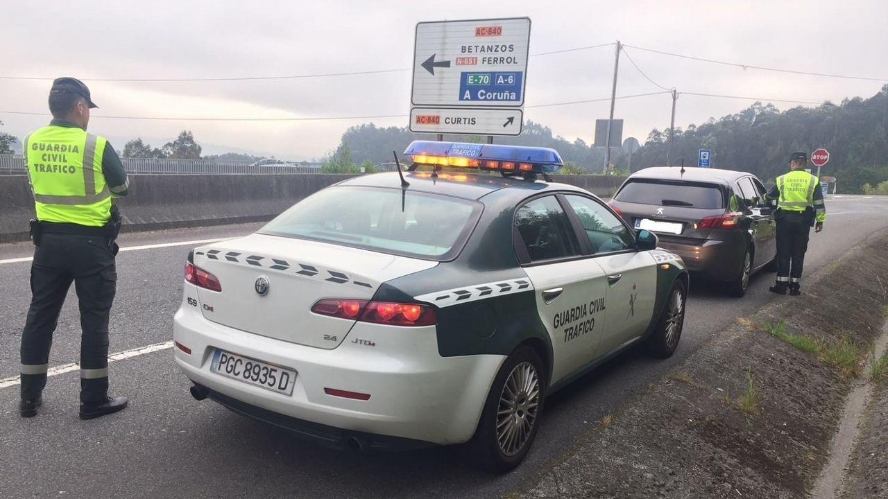DGT: «Ante un accidente o avería hay evidencias de que es mejor permanecer en el vehículo con el cinturón puesto».Control de la Guardia Civil de Tráfico en una carretera de A Coruña