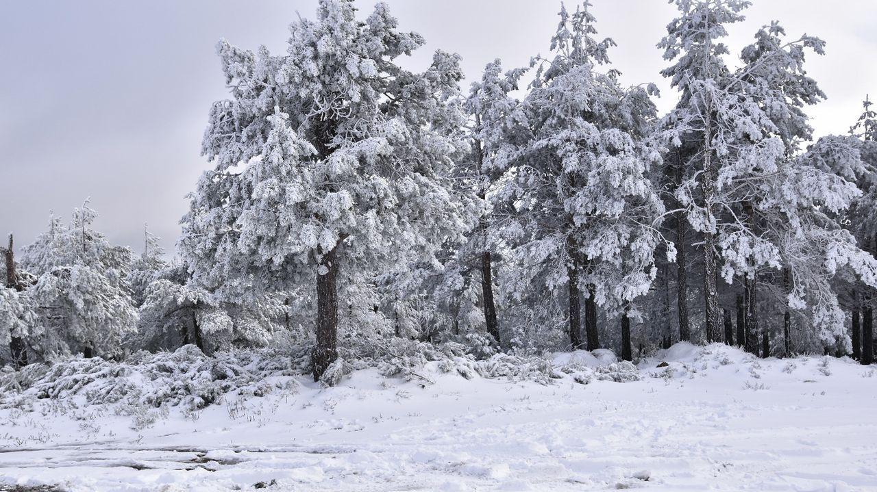 Otro aspecto del paisaje nevado en el camino al pico de Catro Cabaleiros