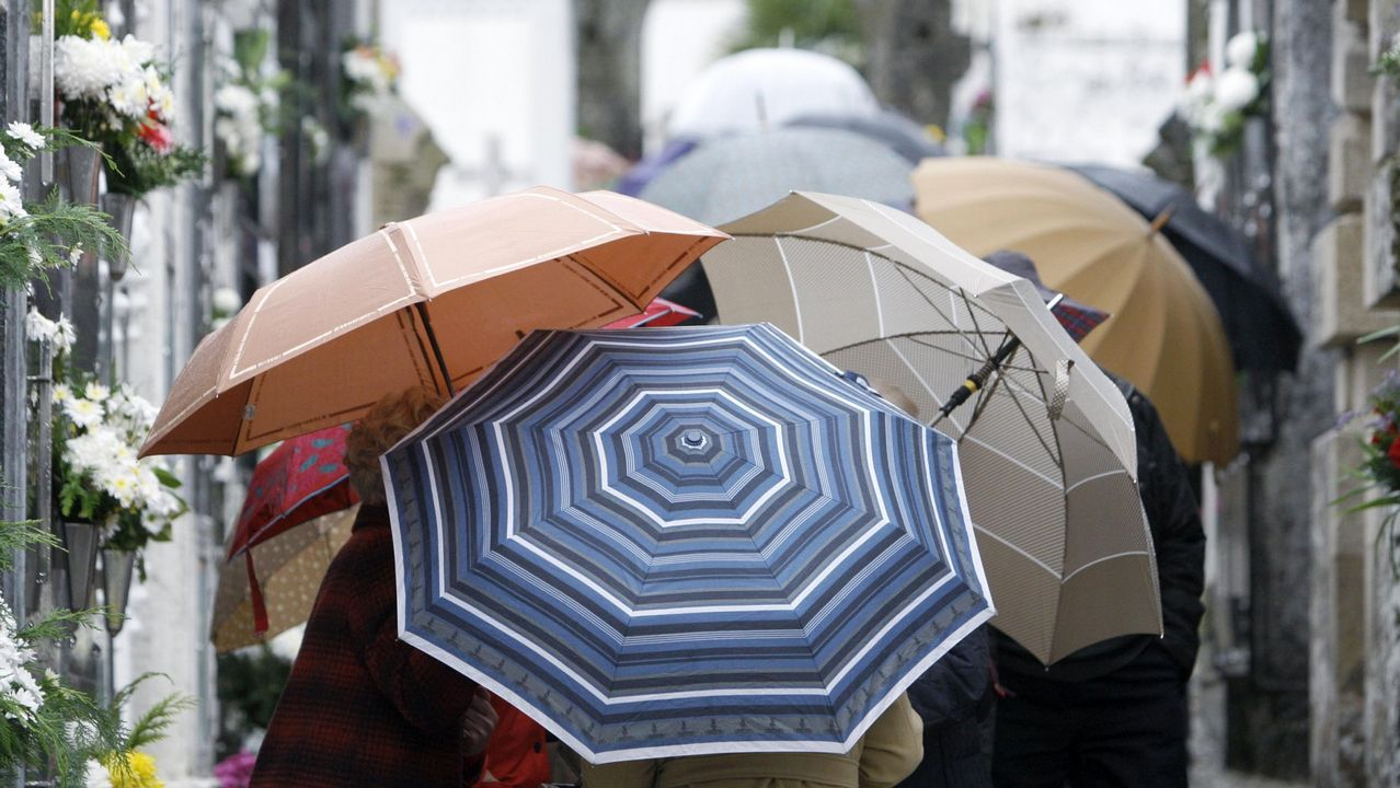 El huracán Óscar afectará a Galicia como borrasca.Una calle de Oviedo bajo la lluvia