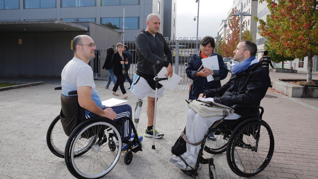 «Si quiere le atiendo en la calle, con la silla de ruedas no logra entrar»