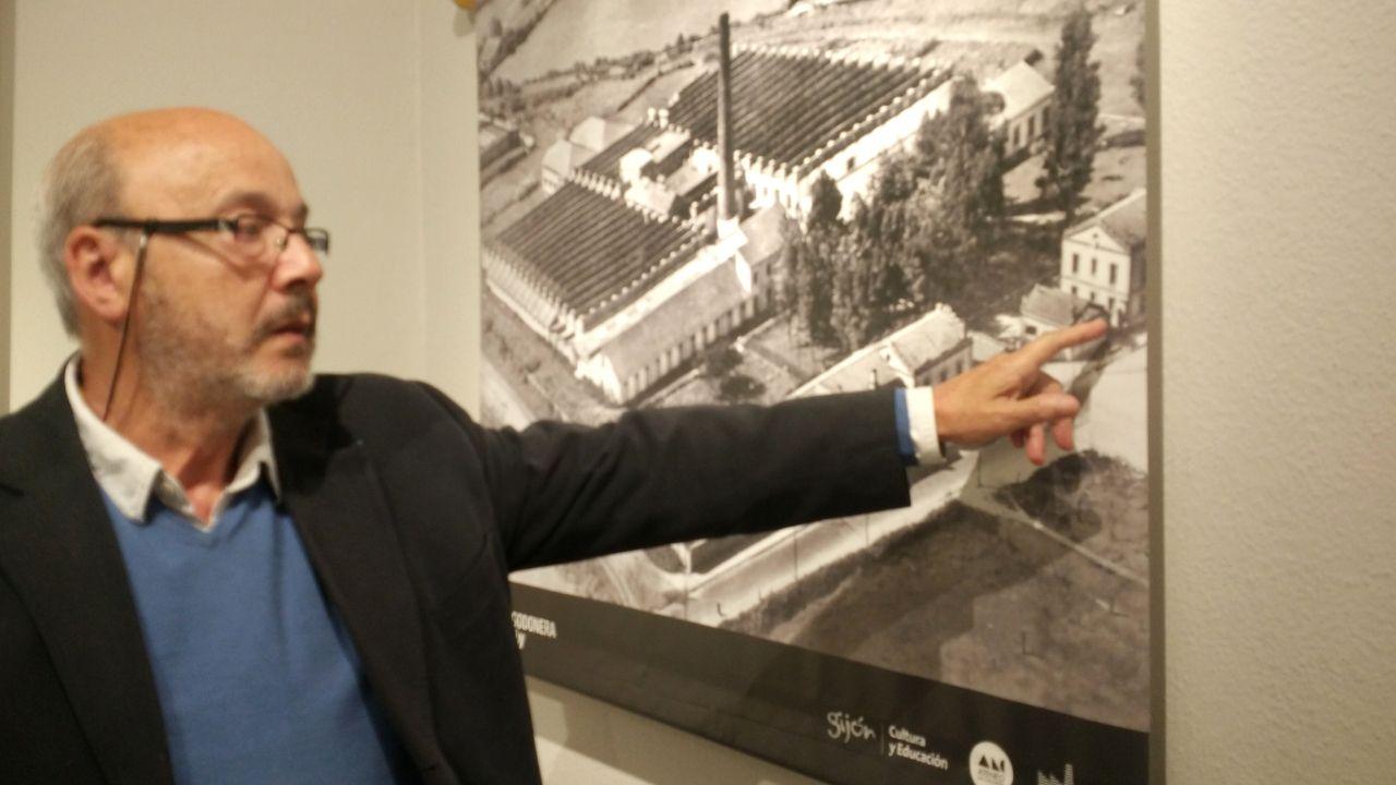 Armando Paesa, hijo de un maestro de hilados, señala la vivienda en la que residió de niño
