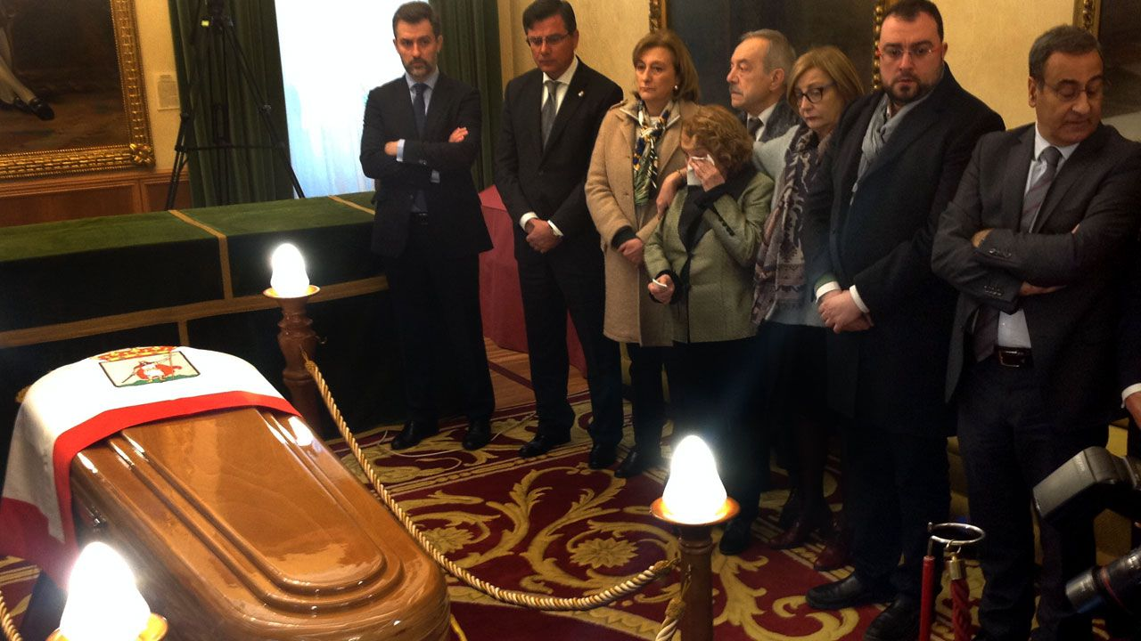 Paz Fernández Felgueroso se enjuga las lágrimas rodeada de otros dirigentes socialistas
