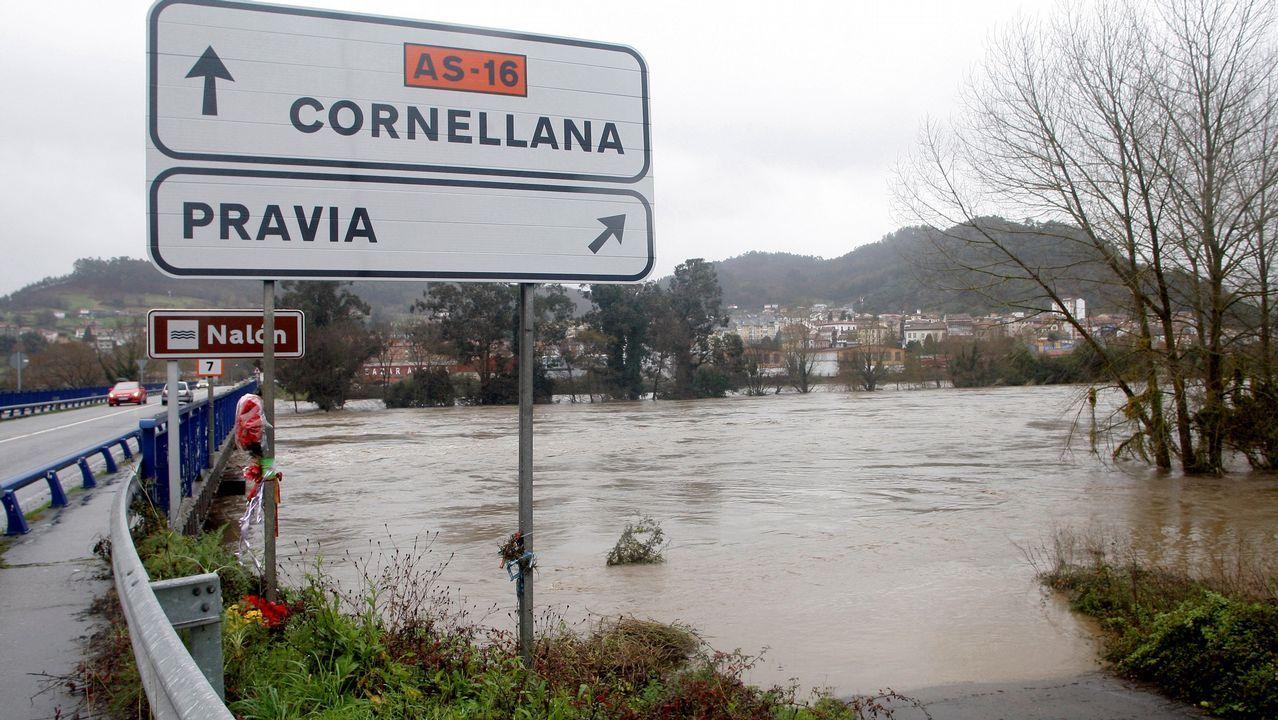 Un grupo de pasajeros consulta los vuelos en el Aeropuerto de Asturias.Estado que presenta uno de los principales accesos a Pravia por el desbordamiento del río Nalón como consecuenica de las intensas lluvias caidas