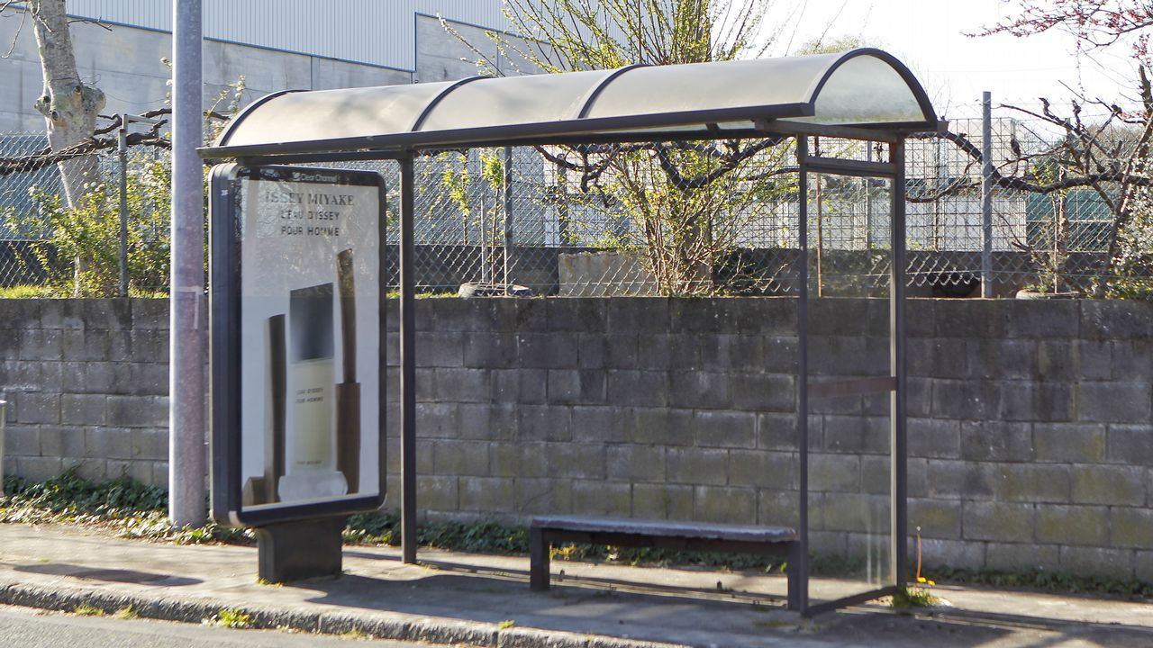 Muchas marquesinas como esta cercana al Hospital Naval de Ferrol sirven además como soporte publicitario