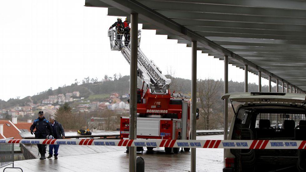 Los efectos del temporal en la Alameda de Santiago, cerrada.Los bomberos apuntalan la marquesina de Xoán XXIII, en Santiago