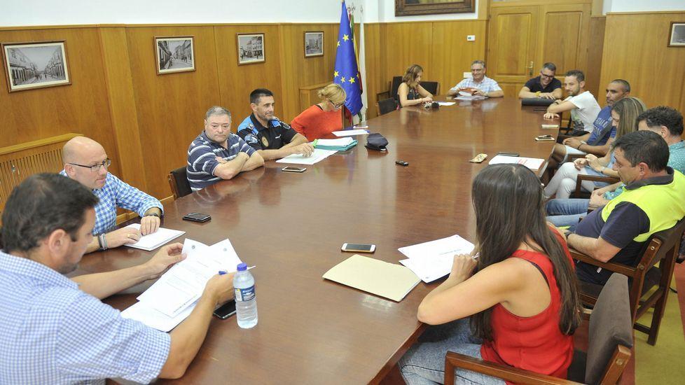 El conselleiro de Facenda, Valeriano Martínez,  junto a los representantes de CC.OO. y UGT