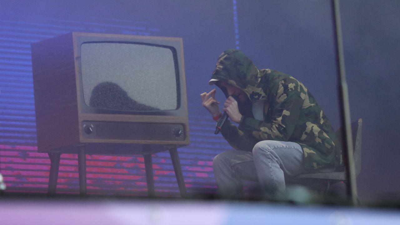 La noche subió de nivel cuando Dan Smith (Bastille), energía pura, se subió al escenario