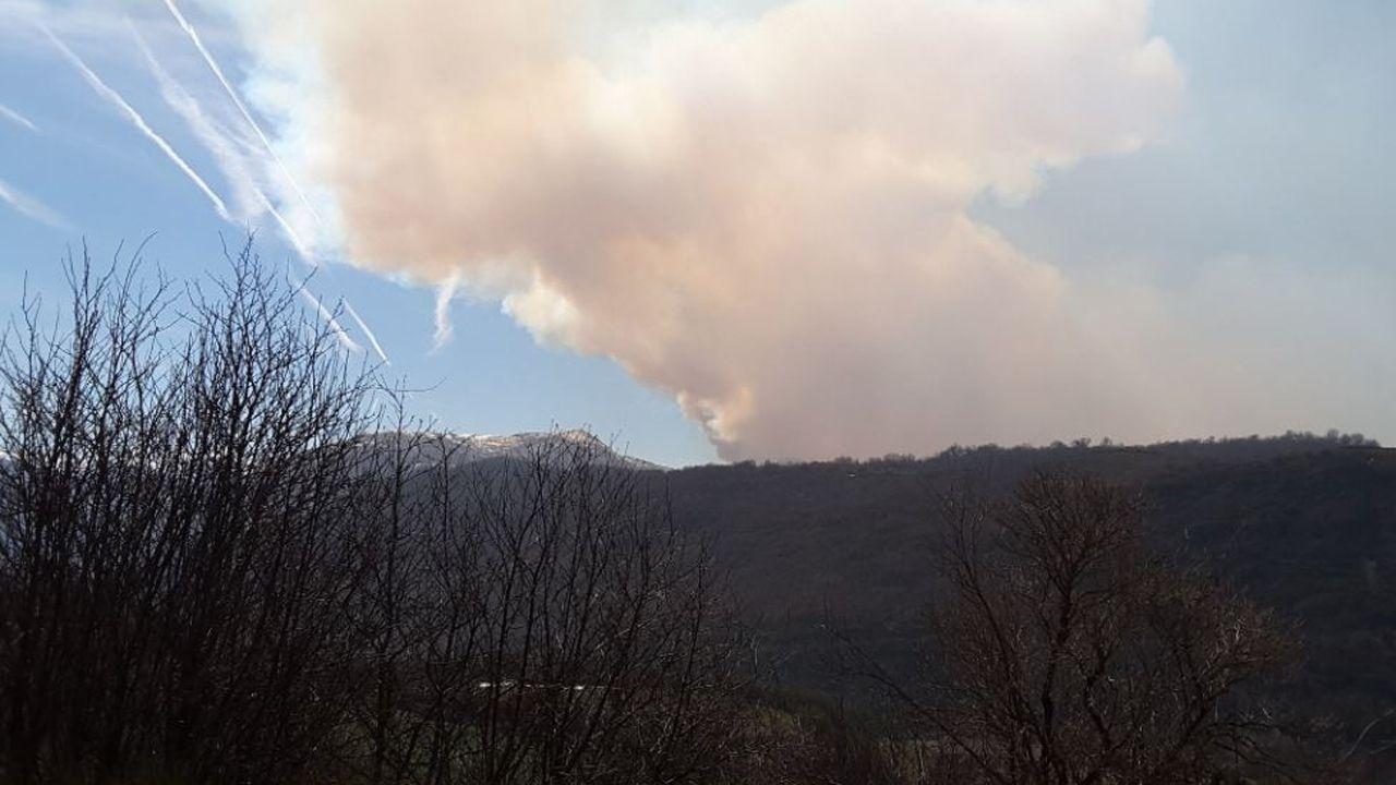 incencio cambre.Vista del incendio en Palacios del Sil