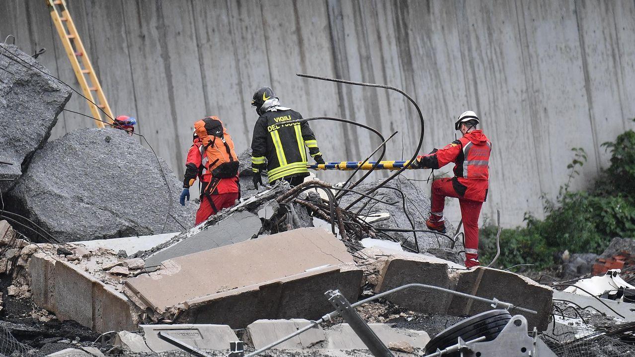 Las autoridades buscan víctimas entre los vehículos caídos al vacío