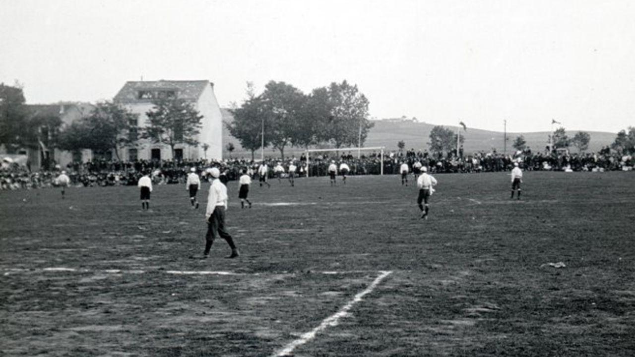 Fotografía antigua de Gijón.SETIEMBRE. Un partido de fútbol en el campo de El Bibio, hacia 1904